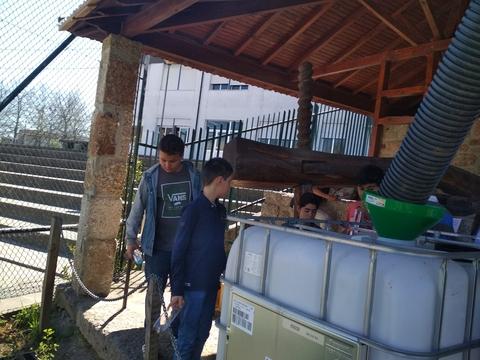 Caleiro em garrafas PET: inauguração do caleiro em garrafas de uso único realizado por uma turma da escola e colocação de um reservatório para recolha das águas da chuvas