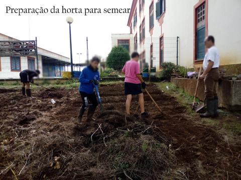 Preparação do terreno Os alunos em conjunto com professor e assistente operacional limpam o terreno destinado à horta.