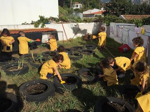 As crianças a realizarem a manutenção inicial da horta.