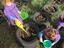 As crianças a regar os legumes da horta.